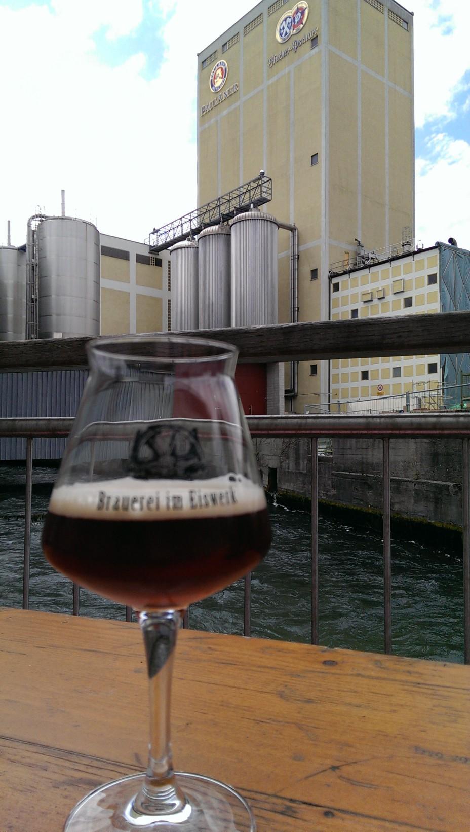 Schön: Direkt an einem Nebenfluss der Isar am Wasser, die (bald ehemalige) Paulaner Brauerei im Hintergrund.